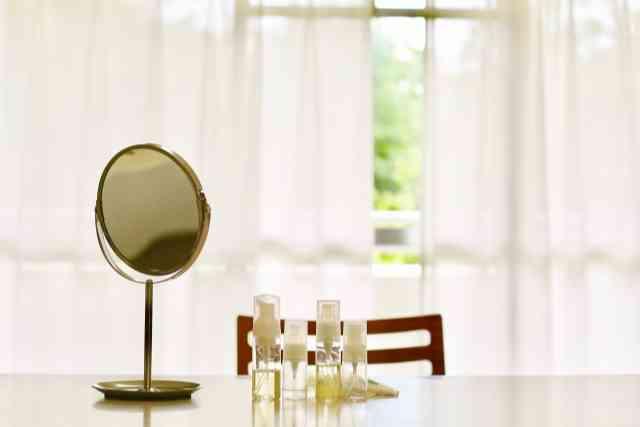 テーブルに置かれた美容液と鏡